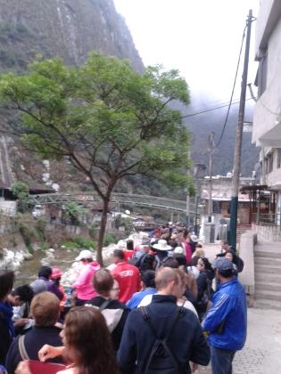 Lauferei es stehen alle in der Schlange zu den Bussen